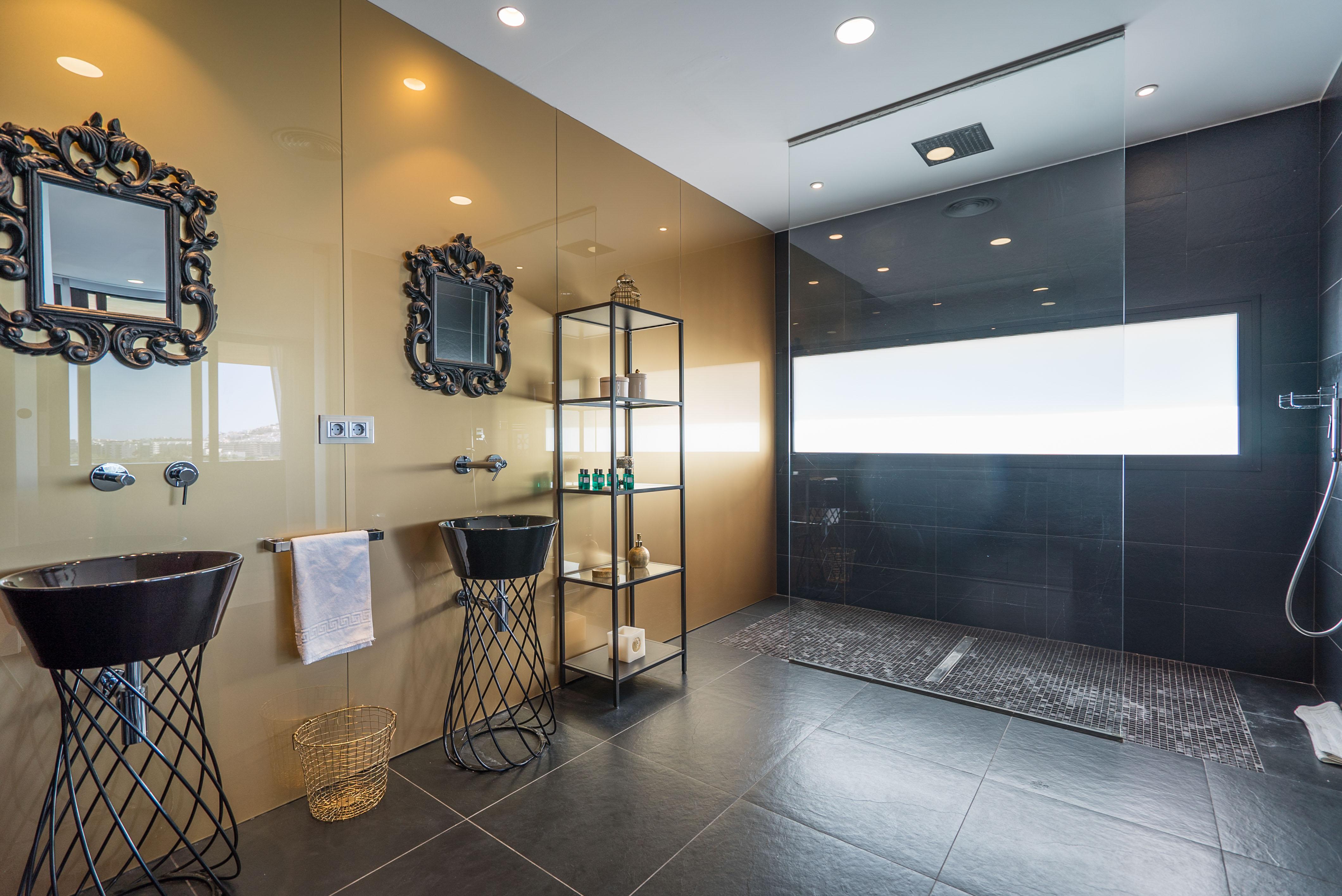 VILLA VALERIA - Master Suite Bathroom (1)